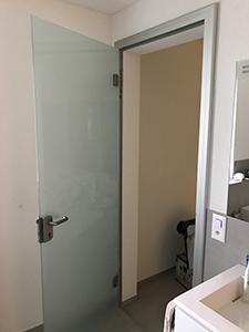 Glastuer satiniert mit Aluminiumblendrahmen 6.01a - auf die Wand montiert