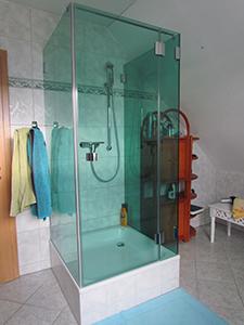 U-Dusche als Echtglasdusche aus ESG Floatglas gruen durchgefaerbt mit Pauli+Sohn Duschsystem Farfalla