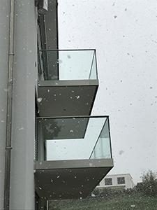 Glasgelaender im Aussenbereich mit Pauli und Sohn cp-1402 - Hier in der Seitenansicht von Balkonen