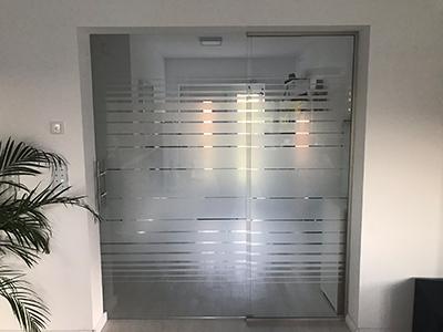 Glasschiebetuer mit festem Seitenteil, Glas siebbedruckt mit Motiv Lamelle, Schiebetuersystem dormakaba MUTO Comfort L - 80